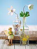 Anemonenblüten in Glasflaschen dekoriert mit Elfen-Klebebildern & Elfenfigur