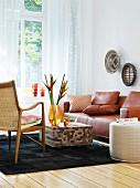Ledersofa und Couchtisch aus drei Holzarten im Wohnzimmer