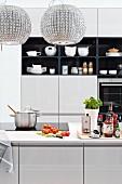Moderne Küche mit Kochinsel & Leuchten aus Glaskristall