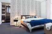Schlafzimmer mit abgetrenntem begehbarem Kleiderschrank