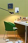 Schreibtisch mit grünem Lederstuhl & schwenkbarer Bürolampe