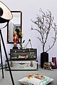 Verschiedene Dekorationsobjekte in Wohnzimmer