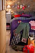 Geschenke auf dem Bett im weihnachtlich dekorierten Schlafzimmer