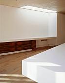 Zeitgenössischer Wohnraum mit Oberlicht über Sideboard-Einbau und Tropenholzfront