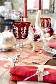 Gedeckter Weihnachtstisch in Pink