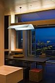 Weisses Lichtsegel über Esstisch vor offenem französischem Fenster und Abendstimmung