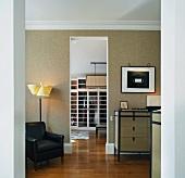 Modernes klassisches Wohnzimmer mit offenem Durchgang und Blick in Ankleide