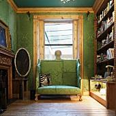 Gepolsterte Sitzbank mit hoher Rückenlehne vor Fenster in Bibliothek - Stoffbezug und Tapete in gleicher Farbe und Muster