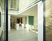 Anbau aus Glas mit Blick in offenen Wohnraum und Küchenbereich