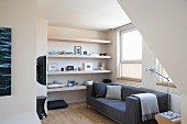 Gemütliche Fernseh-Ecke im skandinavischen Stil mit schlichtem, grauem Designersofa