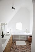 Renoviertes Bad in schlichtem Dachzimmer mit Terrakottaboden