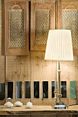 Nachttischlampe vor Bettkopfteil aus Holz
