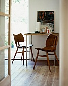 Modern dining table and 50s-style chairs