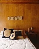 Doppelbett vor holzvertäfelter Wand im 50er Jahre Stil