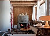 Offener Kamin in Ecke eines rustikalen Wohnraumes mit Möbeln im Stilmix