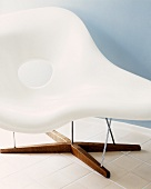Bauhaus chaise longue with white plastic shell and wooden foot