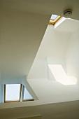 Blick auf die Dachfenster eines Raumes