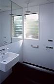 Badezimmer mit Milchglas-Fenster