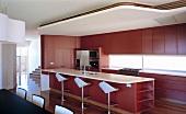Moderne Küche mit Küchenblock und abgehängter Decke