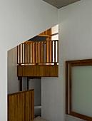 Zeitgenössische Architektur mit Blick durch hohen Durchgang auf Galerie aus Holz