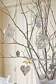 Weihnachtskugeln und - schmuck an Zweigen hängend