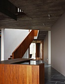 Treppenaufgang mit Holzgeländer