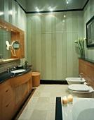 Klassisch modernes Bad mit Waschtisch aus Holz