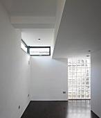 Studio mit Glassteinwand und schmalen Fenstern