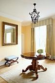 Antike Einzelstücke und gestreifter Vorhang mit passender Schabracke in traditionellem Wohnzimmer