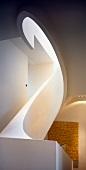 Raumskulptur - ovale Wendeltreppe mit massivem Geländer und Blick auf modernes Gemälde mit Schriftmotiv