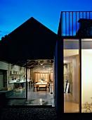 Blick von aussen in Wohnhaus mit offener Küche