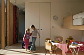 Zwei Kinder spielen in Kinderzimmer mit Spielecke & Hochbett