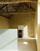 Renoviertes und modernisiertes Bauernhaus mit Blick in rustikalen Dachstuhl