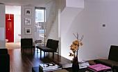 Graue Polstersessel im offenen Wohnraum und mehrstöckigem Treppenaufgang