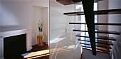 Treppe mit Glastrennwand im Wohnraum