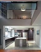 Blick in eine Küche mit Edelstahl-Küchenblock und auf das Obergeschoss