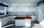 weiße Küche mit Küchenblock