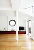 Helles Wohnzimmer, minimalistisch eingerichtet