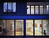 Beleuchtetes Wohnhaus auf zwei Etagen