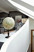 Ein Globus auf einem Schreibtisch