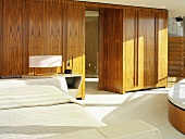 Einbauschrank aus Holz als Raumteiler im Schlafraum