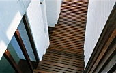 Blick auf Treppe aus Holzlamellen