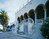 Repräsentative Eingangssituation eines Botschaftsgebäudes in Tunesien mit symmetrischer Treppenanlage und reich verzierter Loggia