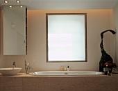 Ausschnitt eines Designer Badezimmers mit Marmorverkleidung an Badewanne