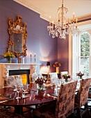Gedeckter Tisch in luxuriösem Esszimmer einer Villa