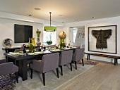 Festlich gedeckter Tisch mit gepolsterten Stühlen im modernen Esszimmer