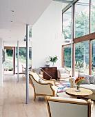 Wohnraum mit Retrostühlen in zeitgenössischer Architektur