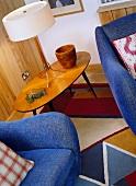 Sessel & Tischleuchte auf Beistelltisch im 50er Jahre Stil