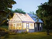 Häuschen im Grünen mit gleichgrossem, hell erleuchteten Wintergarten