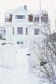 Skandinavisches Wohnhaus im Winter